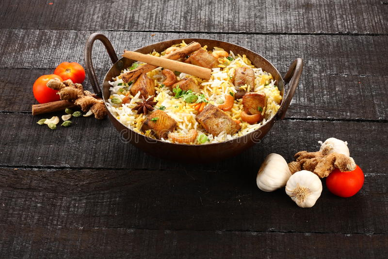 Pilau ou biriyani culinária-saboroso indiano dos peixes no potenciômetro do ferro fundido, fotos de stock royalty free