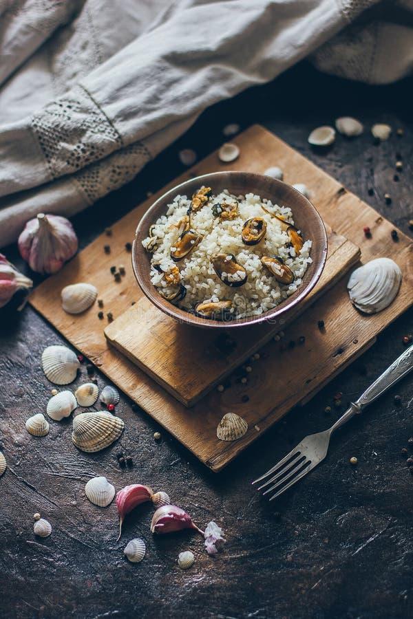 Pilaw tradicional nacional mediterrâneo delicioso fresco do prato do marisco com arroz e mexilhões fotografia de stock