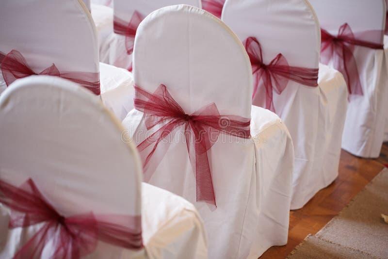 Pilbågar som göras av tyg åtföljande registrering för stolpilbågebröllop royaltyfri fotografi