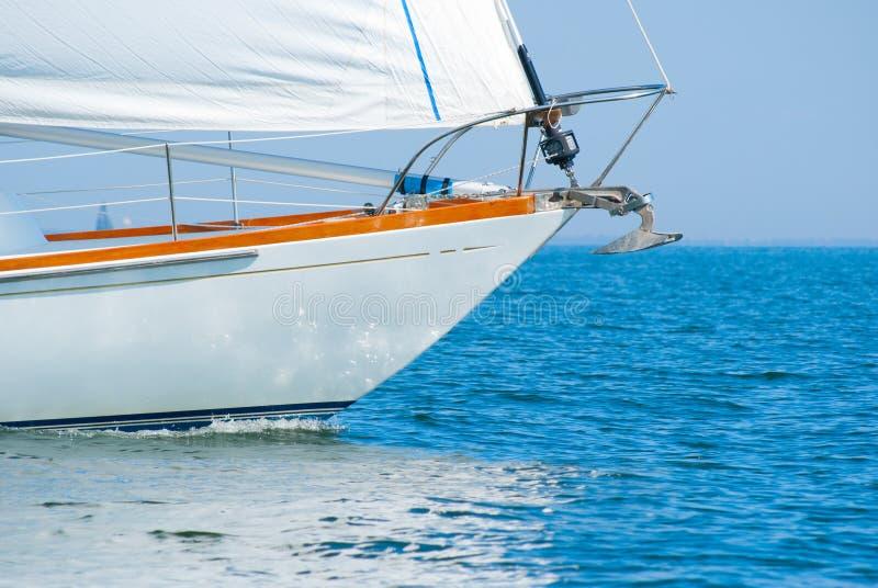 Pilbåge av en härlig segelbåt i bevattna arkivfoto