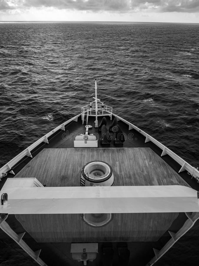 Pilbåge av kryssningskeppet mot havet - B&W arkivbild