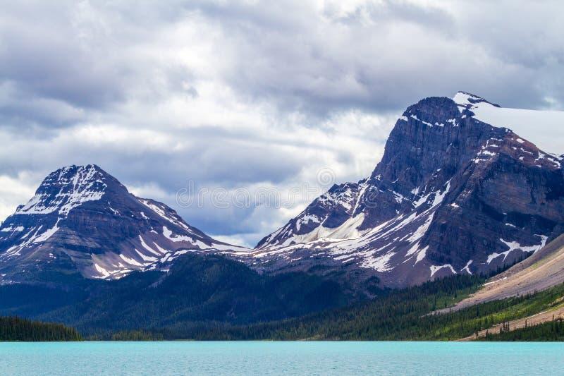 Pilbåge sjö med ranunkelglaciären och pilbågemaximumet royaltyfri foto