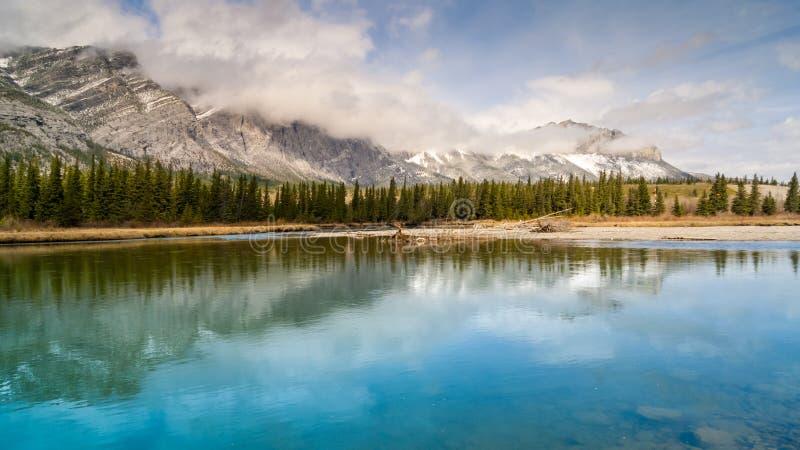 Pilbågefloden och monteringen Yamnuska i de kanadensiska steniga bergen royaltyfri fotografi