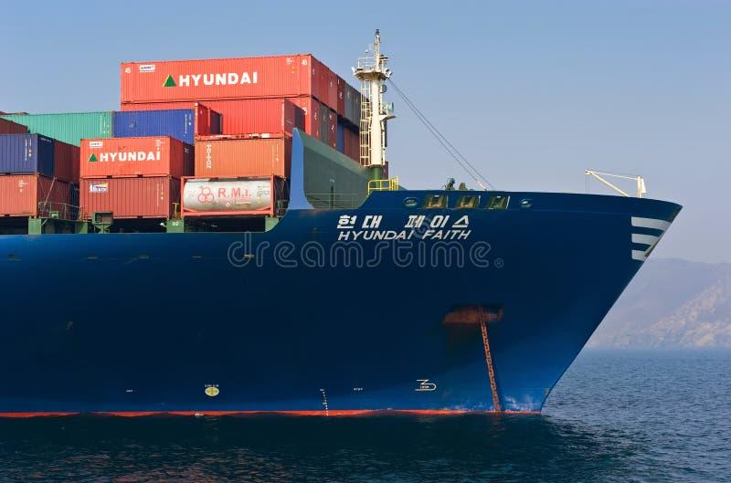 Pilbågen av enorm en ankrad Hyundai för behållareskepp tro Nakhodka fjärd Östligt (Japan) hav 19 04 2014 arkivfoto