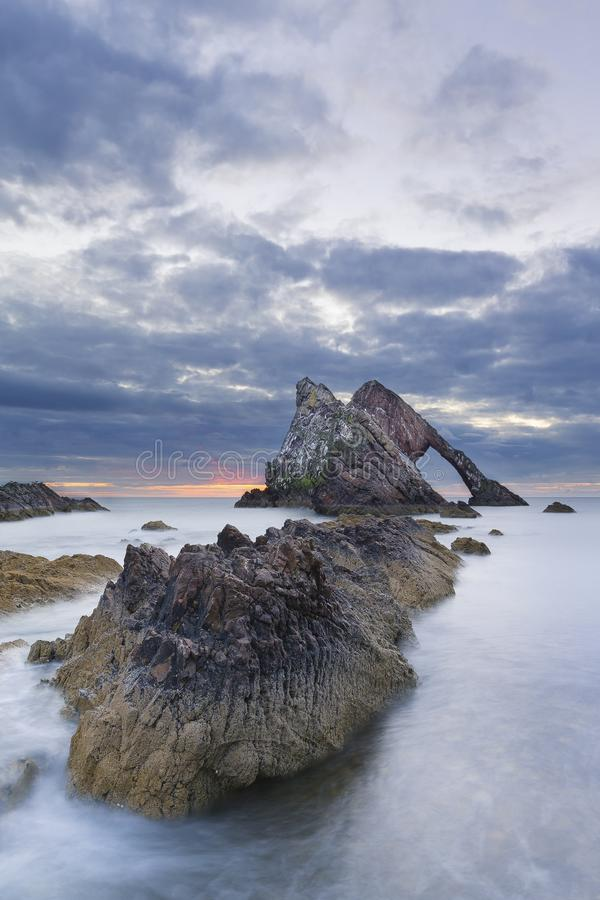 Pilb?gen-fidle vaggar soluppg?nglandskap p? kusten av Skottland p? molnig morgon arkivbild