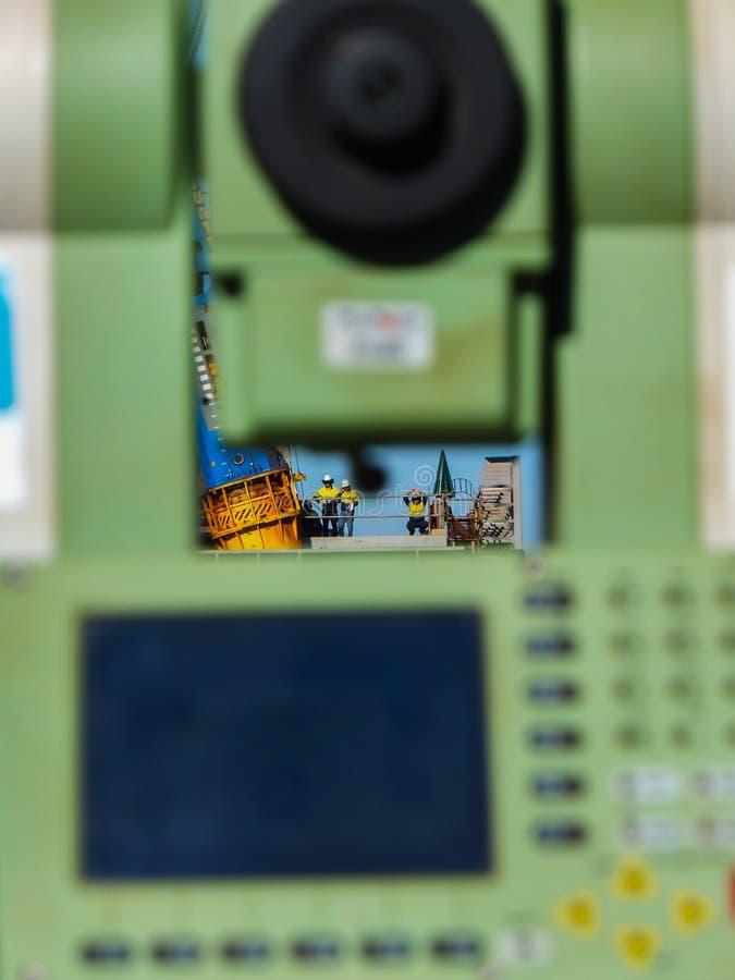PILBARA, AUSTRÁLIA OCIDENTAL - 7 DE AGOSTO DE 2012: Um teodolito do edm da avaliação em um canteiro de obras monitora o trabalho imagens de stock royalty free