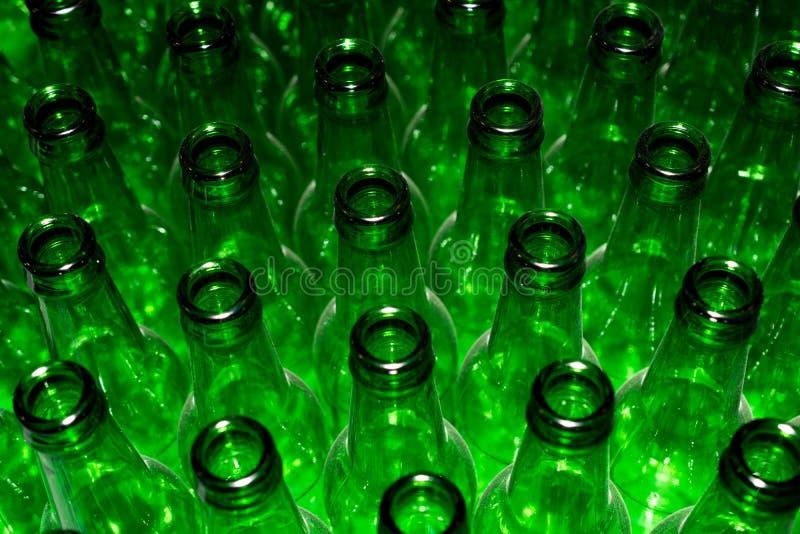 Pile énorme de bouteilles en verre vides photographie stock libre de droits