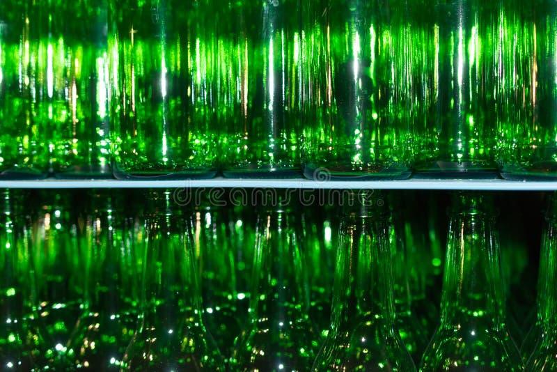 Pile énorme de bouteilles en verre vides sur la table bleue photos libres de droits