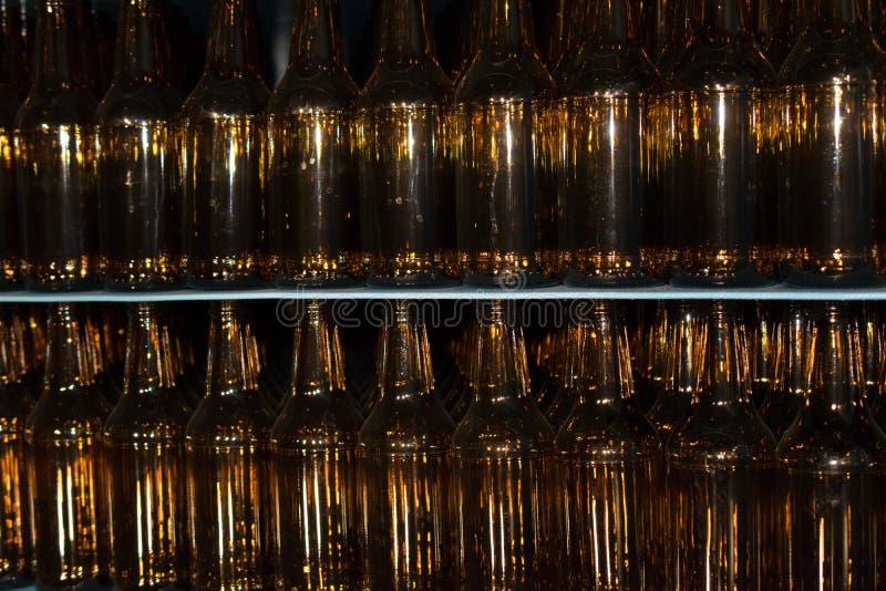 Pile énorme de bouteilles en verre vides sur la table bleue photo stock