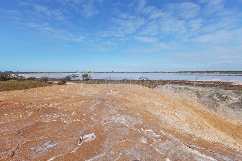 Pile énorme du sel et du lac moissonnés Crossbie à l'arrière-plan photographie stock