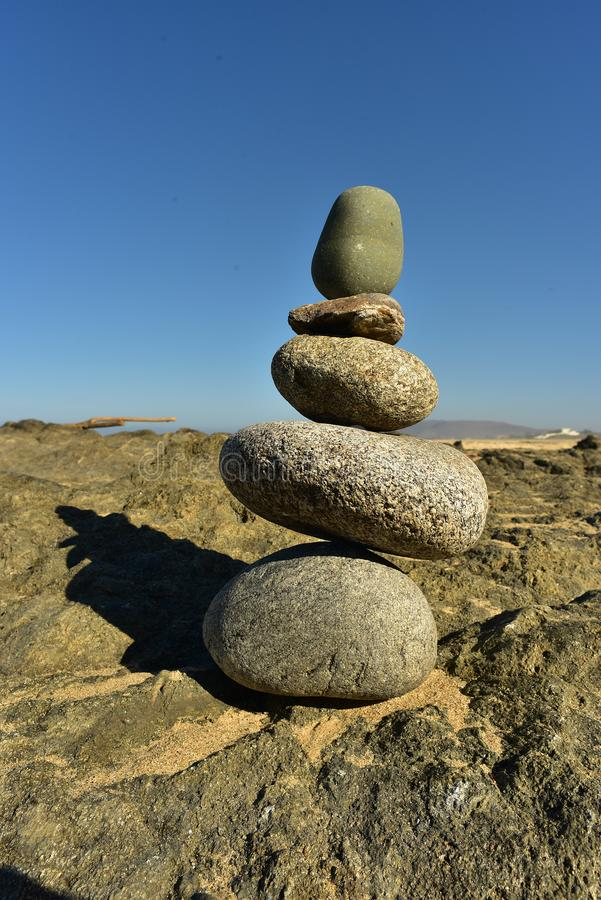 Pile équilibrée de Zen Rocks sur la plage dans Baja, Mexique photos libres de droits