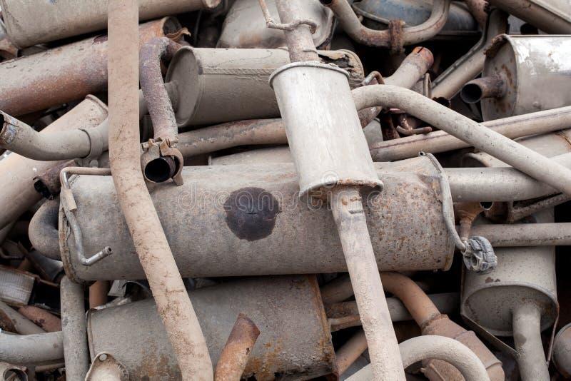 Pile étroite de vue des silencieux utilisés à l'atelier de voiture Sort de pots d'échappement empilés dans absolument aucun  photos libres de droits