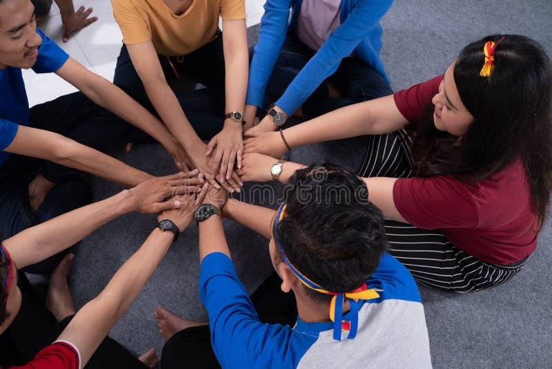 Pile asiatique de main de participation d'ami ensemble photographie stock libre de droits
