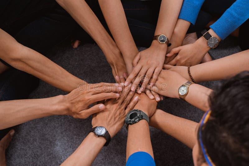 Pile asiatique de main de participation d'ami ensemble photos stock