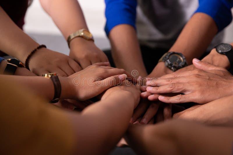 Pile asiatique de main de participation d'ami ensemble images stock