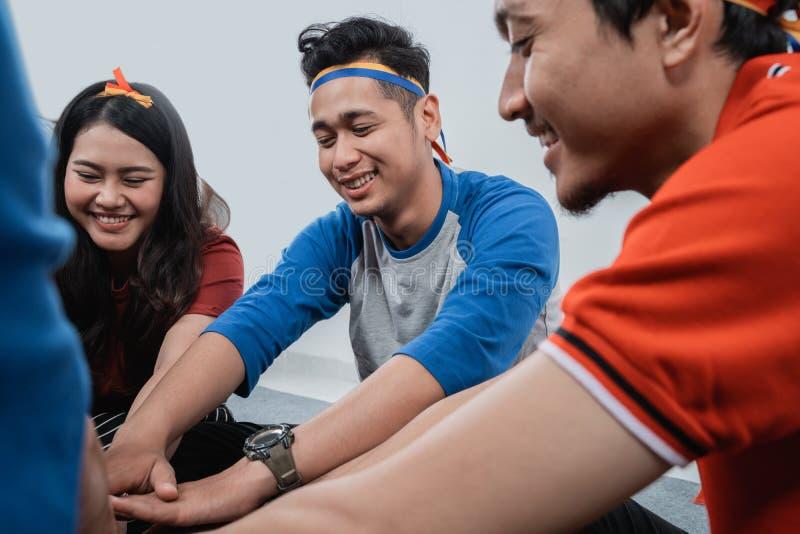 Pile asiatique de main de participation d'ami ensemble photo stock