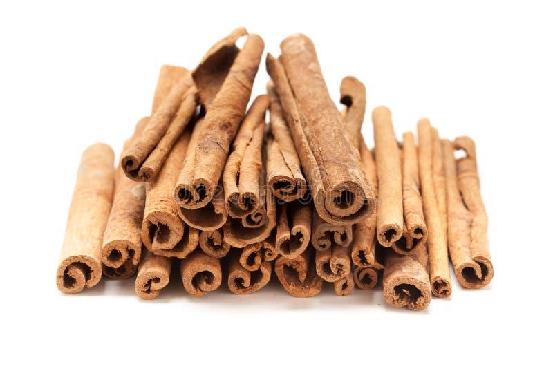 Pile avant supérieure des bâtons de cannelle organiques crus (verum de cannelle) image libre de droits