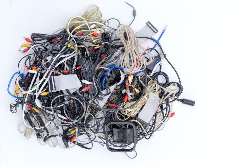 Pile brouillée des cordes et des connecteurs électriques photographie stock