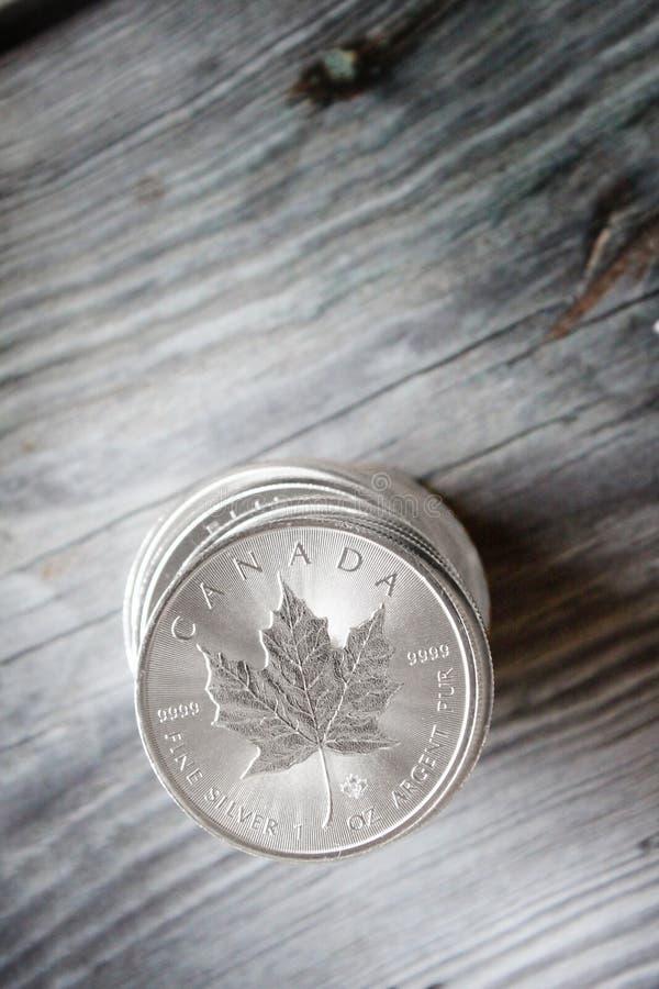 Pile canadienne de pièce en argent de feuille d'érable photo libre de droits