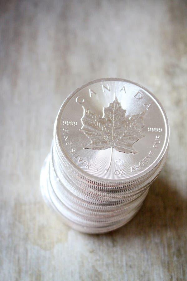 Pile canadienne de pièce en argent de feuille d'érable image stock