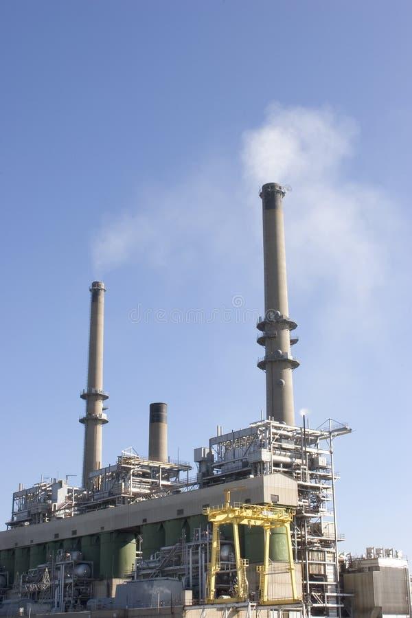 Pile che fumano alla centrale elettrica fotografia stock