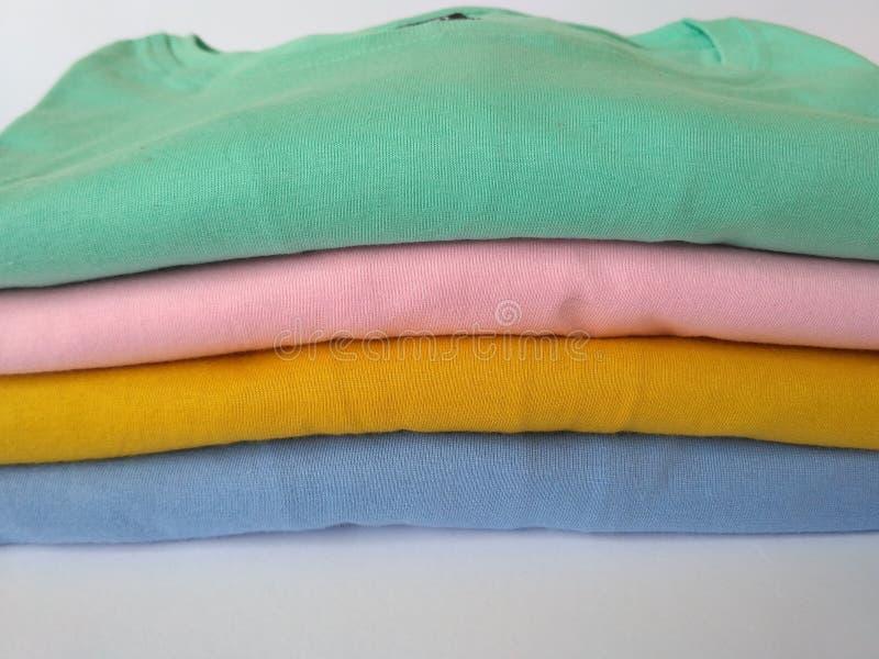 Pile colorée des chemises images stock