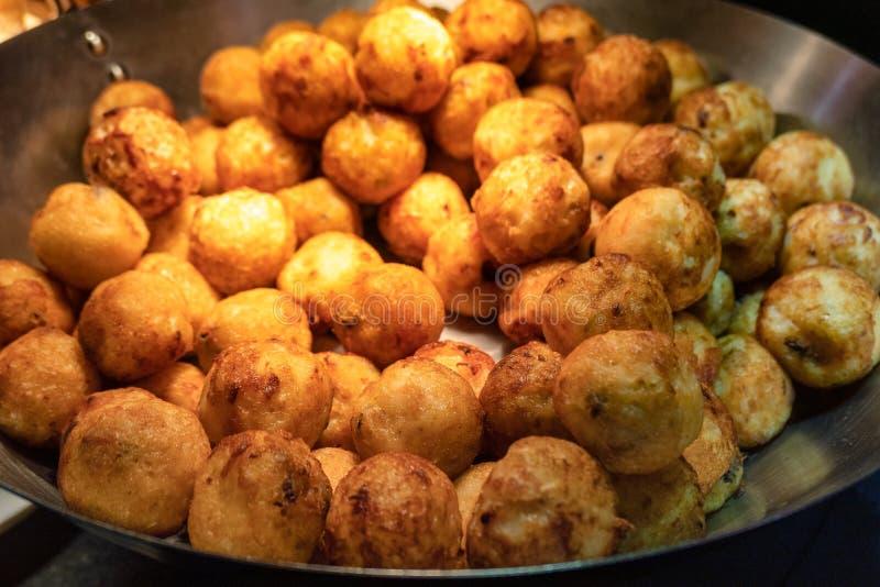 Pile croustillante frite de boule de viande dans la casserole photo stock