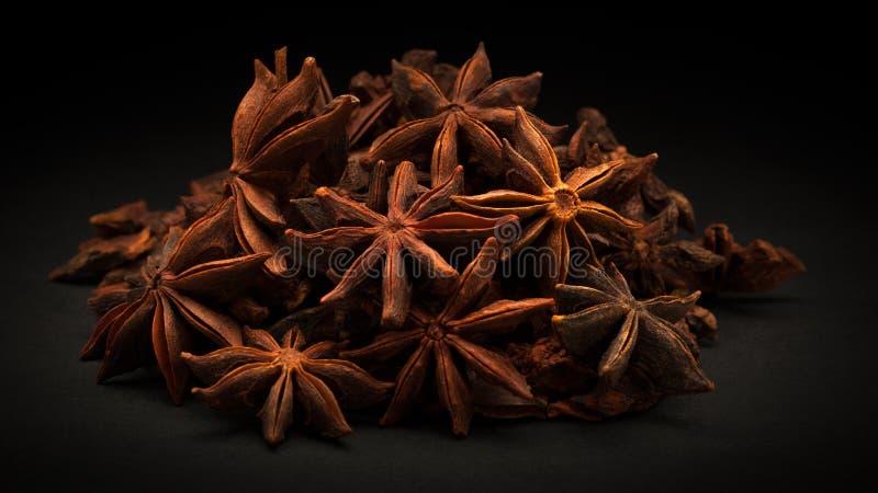 Pile d'anis d'étoile organique (verum d'Illicium) photos stock