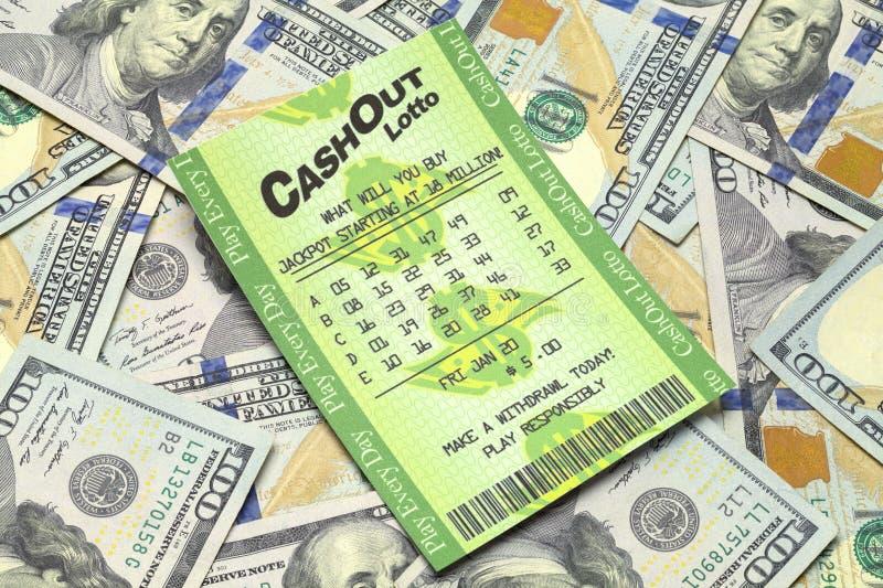 Pile d'argent liquide et billet de loterie photos libres de droits