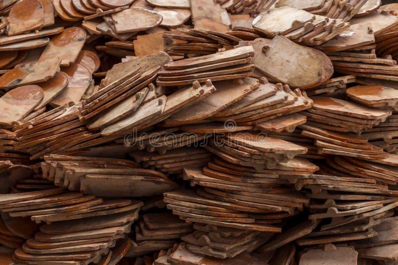 Pile d'argile traditionnel de tuiles de toit pour le procédé de construction de temple dans le style de cru qui a donné une consi images libres de droits