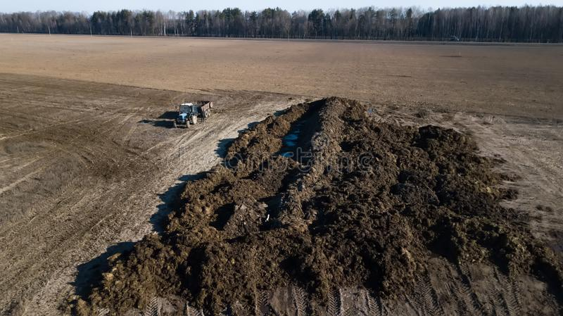 Pile d'engrais sur le champ Travaux sur le terrain de ressort Lev? a?rien photos libres de droits