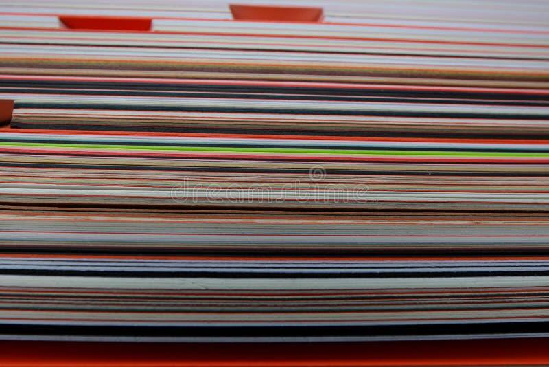 Pile d'image de papier coloré de texture de carton photographie stock libre de droits