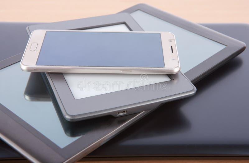 Pile d'instruments sur un bureau - carnet, comprimé, lecteur d'ebook et images libres de droits