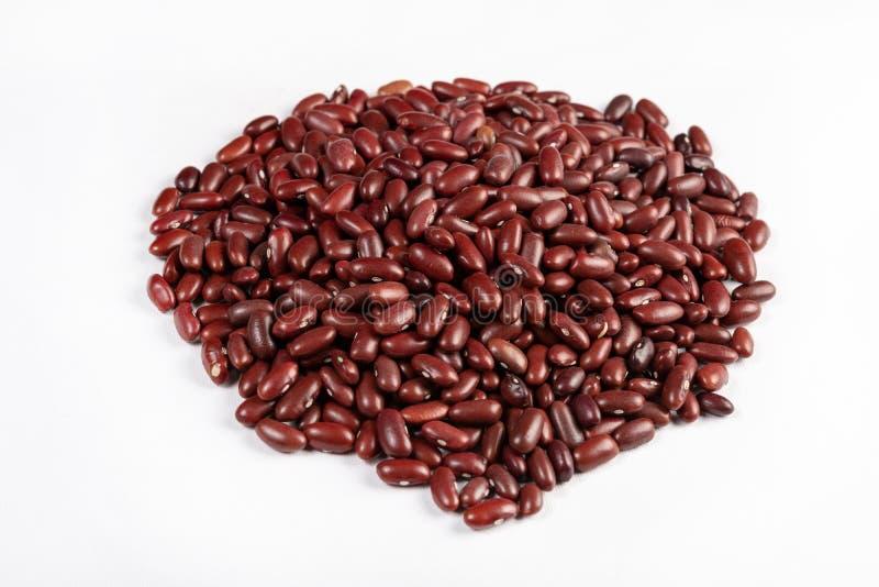 Pile d'isolement des haricots rouges crus photographie stock libre de droits