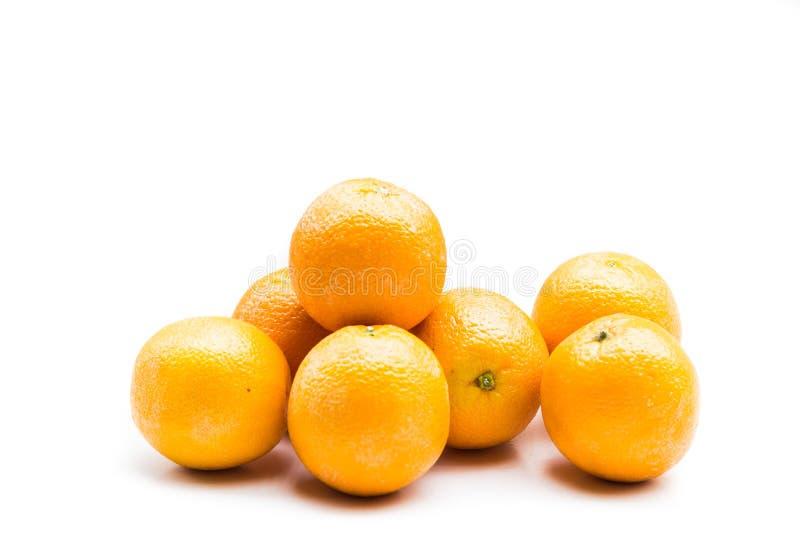 Pile d'oranges navales fraîches et juteuses d'isolement dans le blanc images libres de droits