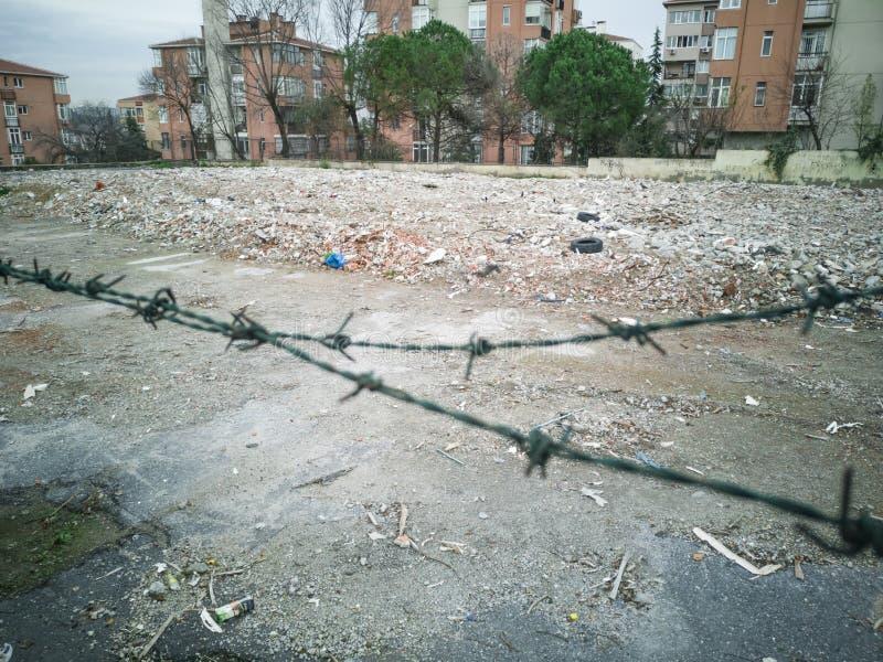 Pile d'ordure du vieux bâtiment détruit dans la ville image stock