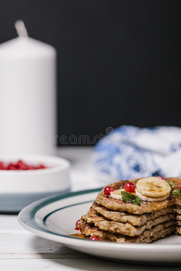 Pile de basses crêpes saines d'avoine de glucides photo stock