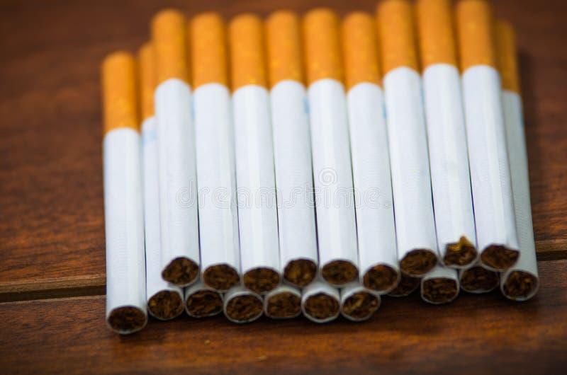 Pile de beaucoup de cigarettes placées sur la surface en bois, comme vu d'en haut, concept contre le tabac artistique photos libres de droits