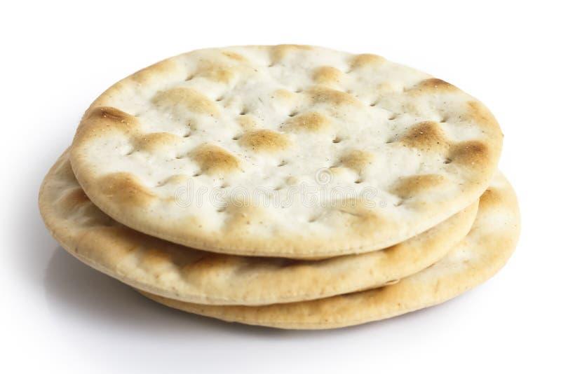 Pile de biscuits d'eau d'isolement sur le blanc images libres de droits