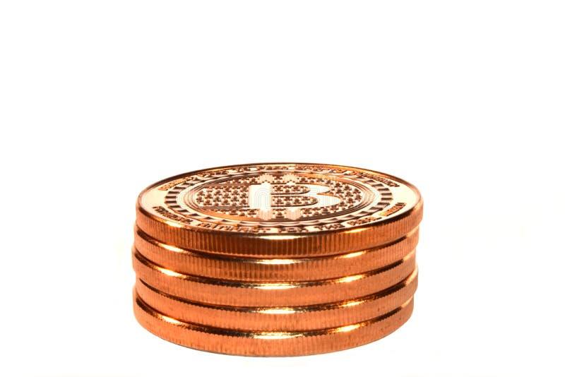 Pile de Bitcoin, cryptos pièces de monnaie, blanches photographie stock libre de droits