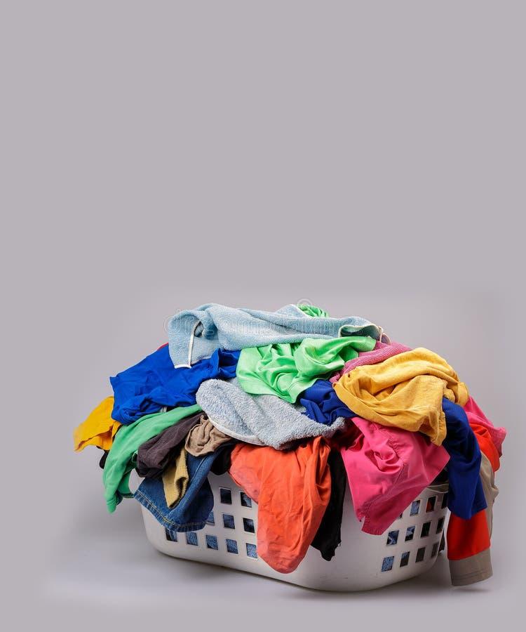 Pile de blanchisserie multicolore lumineuse dans un panier images stock