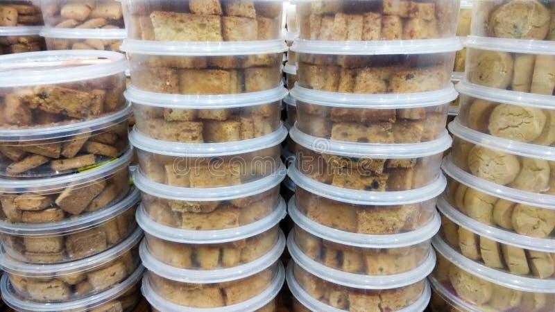 Pile de boîtes pleines des biscuits image libre de droits