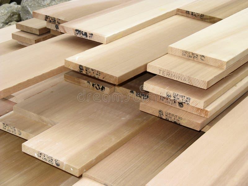 Pile de bois de charpente de cèdre - 2 photos stock
