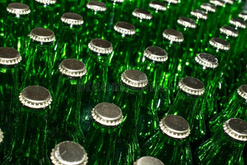 Pile de bouteilles en verre vertes vides images libres de droits