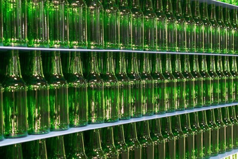 Pile de bouteilles en verre vertes vides de bière photos libres de droits