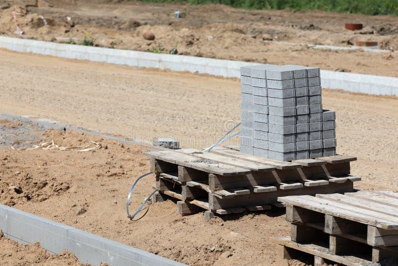 Pile de brique concrète sur la palette photo stock