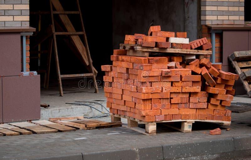 Pile de brique rouge sur la palette photographie stock libre de droits