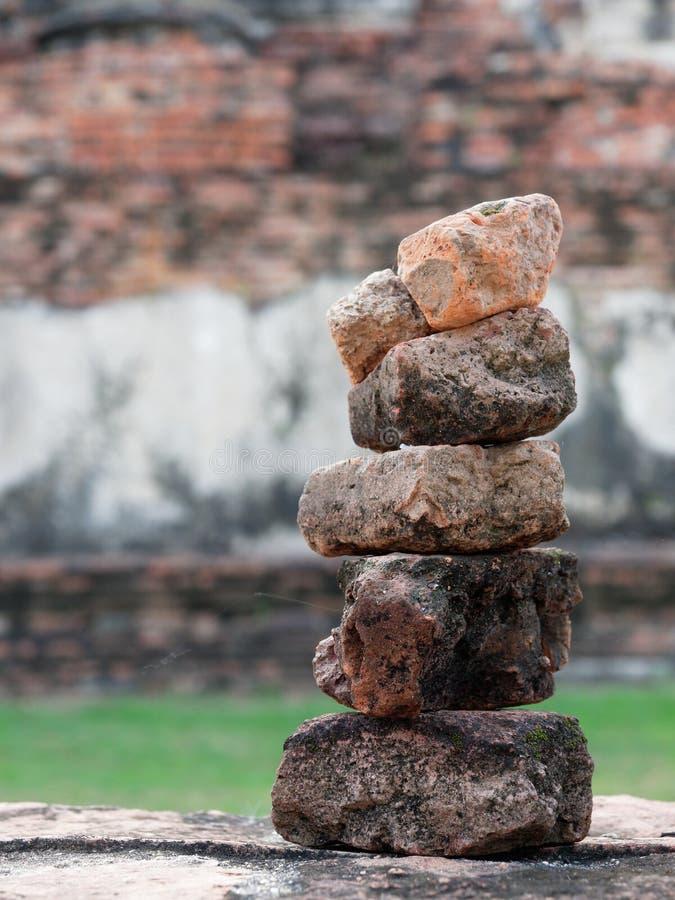 Pile de brique rouge de vieille ruine dans le temple de Ram de Phra, Ayutthaya, Thaïlande avec des concepts de zen, de méditation images libres de droits
