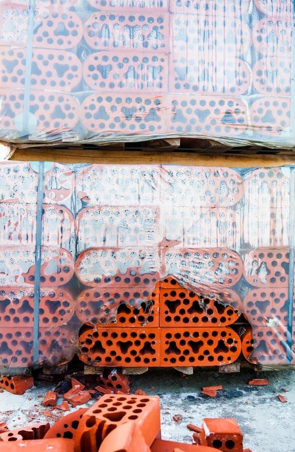 Pile de briques de silicate avec la pile des briques battues photos libres de droits