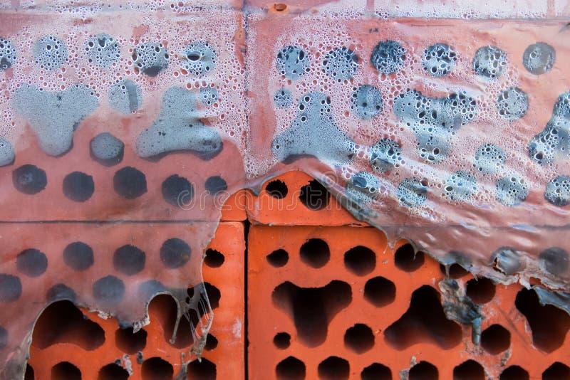 Pile de briques de silicate en polyéthylène déchiré misted closeup image stock
